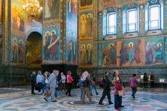 圣彼德堡,俄罗斯- 2017年6月6日 游人在救主基督的复活教会血液的或大教堂里  免版税图库摄影