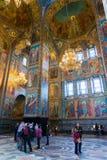 圣彼德堡,俄罗斯- 2017年6月6日 游人在救主基督的复活教会血液的或大教堂里  免版税库存照片