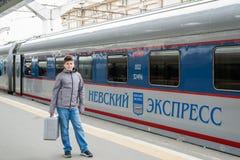圣彼德堡,俄罗斯- 6月05 2017年 在高速火车明确的涅夫斯基附近的男孩 免版税库存图片