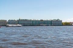 圣彼德堡,俄罗斯- 6月04 2017年 在Dvortsovaya堤防的埃尔米塔日博物馆 库存图片