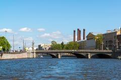 圣彼德堡,俄罗斯- 6月04 2017年 在Fontanka河的奥布霍夫桥梁 库存照片