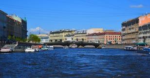 圣彼德堡,俄罗斯- 6月04 2017年 在Fontanka河的Belinsky桥梁 免版税库存图片
