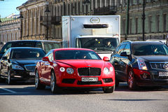 圣彼德堡,俄罗斯- 2015年3月13日,汽车本特利大陆GT移动 库存照片