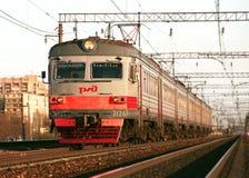 圣彼德堡,俄罗斯- 2011年5月07日:乘客电车' ER2T'移动向Vitebskiy驻地在圣彼德堡 库存照片