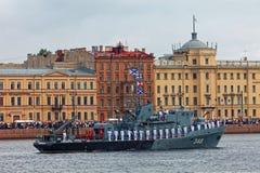 圣彼德堡,俄罗斯- 2017年7月30日:军舰和战斗机在内娃河游行 俄国海军的天 免版税库存照片