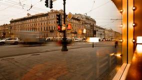 圣彼德堡,俄罗斯- 2016年11月21日:圣彼德堡,涅夫斯基从咖啡馆窗口的远景视图 影视素材