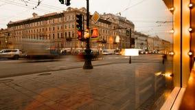 圣彼德堡,俄罗斯- 2016年11月21日:圣彼德堡,涅夫斯基从咖啡馆窗口的远景视图 股票录像