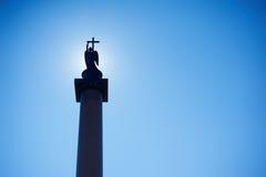 圣彼德堡,俄罗斯- 2015年8月02日:在圣彼德堡亚历山大专栏的历史纪念碑 剪影 免版税库存照片
