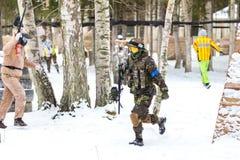 圣彼德堡,俄罗斯- 2016年2月21日:大每年迷彩漆弹运动情景比赛'在Snaker俱乐部的天M' 库存图片