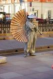 圣彼德堡,俄罗斯- 2016年1月01日:执行者-变成银色在城市街道上的被绘的艺术家,生存雕象 免版税库存图片