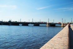 圣彼德堡,俄罗斯- 2016年6月01日:桥梁和码头 免版税库存照片