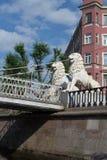 圣彼德堡,俄罗斯- 2016年6月02日:狮子拿着桥梁 库存照片