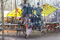圣彼德堡,俄罗斯- 2016年4月10日:迷彩漆弹运动Bonch Bruevich大学的学生比赛在Snaker俱乐部的 免版税库存照片