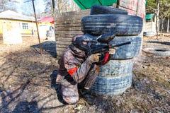 圣彼德堡,俄罗斯- 2016年4月10日:迷彩漆弹运动Bonch Bruevich大学的学生比赛在Snaker俱乐部的 库存照片