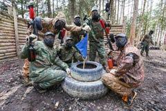 圣彼德堡,俄罗斯- 2016年4月10日:迷彩漆弹运动Bonch Bruevich大学的学生比赛在Snaker俱乐部的 库存图片