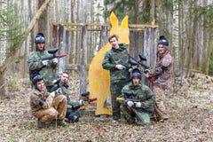 圣彼德堡,俄罗斯- 2016年4月10日:迷彩漆弹运动Bonch Bruevich大学的学生比赛在Snaker俱乐部的 图库摄影