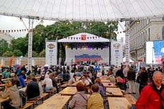 圣彼德堡,俄罗斯- 2013年8月11日:音乐会在为庆祝哈利戴维森100th周年的凯瑟琳广场  库存照片