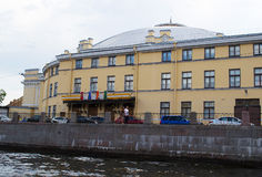 圣彼德堡,俄罗斯- 2016年6月02日:马戏-从Fontanka河的看法的大厦 库存图片