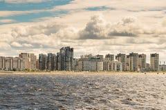 圣彼德堡,俄罗斯- 2017年6月28日:从海湾的全景到堤防在圣彼德堡 库存图片