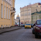 圣彼德堡,俄罗斯- 2015年4月22日:Moika堤防有以撒的大教堂看法  免版税库存照片