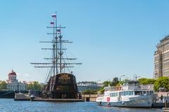 圣彼德堡,俄罗斯- 6月03 Mitninskaya堤防看法从涅瓦河的 免版税图库摄影