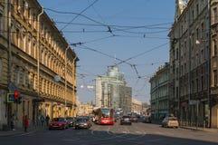圣彼德堡,俄罗斯04 26,2019:与汽车和电车驻地的都市风景 禁止交通的红灯 电线 图库摄影