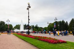 圣彼德堡,俄罗斯- 2018年7月10日:有一个喷泉的城市公园在对体育场的途中以前足球赛的 免版税库存图片