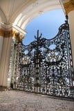 圣彼德堡,偏僻寺院、富有的装饰和金黄组合图案的中央门 免版税库存照片