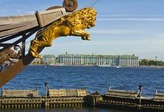圣彼德堡,冬天嘘宫殿(偏僻寺院)和一部分的航行 库存照片