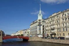 圣彼德堡,在红色桥梁附近的房子 免版税库存图片