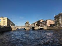 圣彼德堡,在Fontanka河的罗蒙诺索夫桥梁在圣彼德堡 免版税库存照片