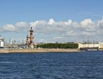 圣彼德堡,在Vasilyevskiy海岛的有船嘴装饰的列 免版税库存照片