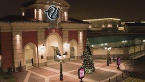 圣彼德堡,对一些商店地区的入口与照明在冬日 股票录像