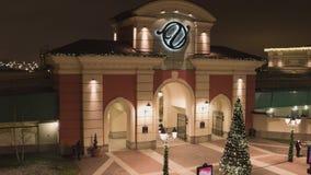 圣彼德堡,对一些商店地区的入口与照明在冬日 股票视频