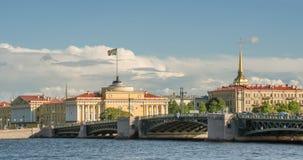 圣彼德堡,海军部大厦在河内娃码头的  免版税库存照片