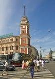 圣彼德堡,镇议会塔在Nevskiy潜在客户大道的 免版税库存照片