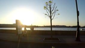 圣彼德堡, 2015年5月俄罗斯27 :从继续前进宫殿堤防的汽车的一个看法通过的涅瓦河 股票录像