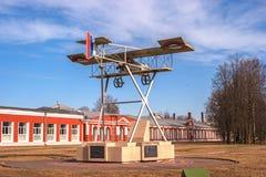 圣彼德堡, Gatchina 以纪念第一个军事机场的100th周年的纪念碑在俄罗斯 航空器 库存照片