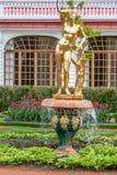 圣彼德堡, RUSSIA-JUNE 03日2017年 喷泉在Petrodvorets公园  库存图片