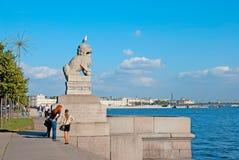 圣彼德堡 俄国 人们临近狮子卫兵池氏tsza 免版税库存照片