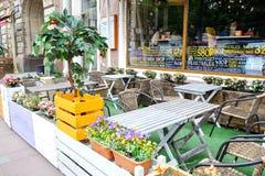 圣彼德堡 俄国 06 08 2018年 在圣彼德堡街道上的夏天咖啡馆  免版税库存照片