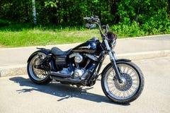 圣彼德堡 俄国 05 27 2018年 摩托车有皮革提包的choppermotorcycle砍刀在方向盘 免版税库存图片