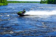 圣彼德堡 俄国 05 17 2018年 河喷气机滑雪 青年人有了不起的速度 免版税库存图片