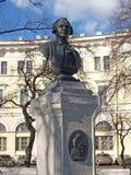 圣彼德堡 对M.罗蒙诺索夫,莫斯科国立大学主楼的纪念碑 v 罗蒙诺索夫(1711-1765)正方形的 免版税库存照片