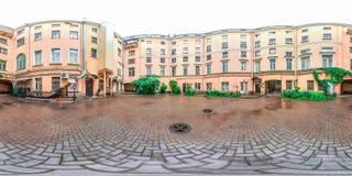圣彼德堡- 2018年:庭院井 空白的晚上 蓝天 3D有360视角的球状全景 为真正r准备 免版税库存图片