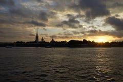 圣彼德堡-日落的彼得和保罗堡垒 免版税图库摄影