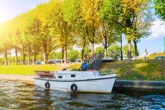圣彼德堡- Moika河堤防和秋天树在晴天在圣彼德堡,俄罗斯 免版税库存照片
