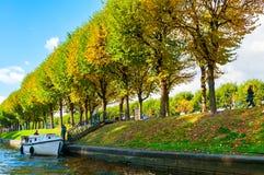 圣彼德堡- Moika河秋天风景堤防和秋天树在晴朗的秋天天在圣彼德堡,俄罗斯 免版税库存照片
