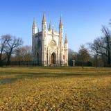 圣徒亚历山大・涅夫斯基东正教(哥特式教堂)在亚历山大公园 Peterhof,圣彼得堡, 库存图片