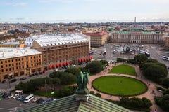 圣徒从圣以撒` s大教堂的以撒广场在圣彼德堡,俄罗斯 结构 图库摄影